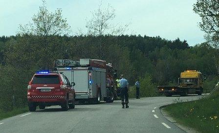 AV VEIEN: En bil med to personer kjørte av veien i Skogstrandveien mandag ettermiddag. (Foto: Andreas Utberg)