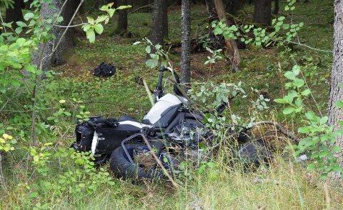 Ulykken var en singelulykke og motorsykkelen har havnet et godt stykke utenfor veien.