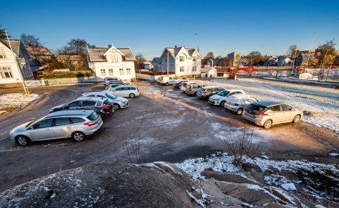 RIFT OM PLASSENE: I flere år har bilister parkert bilen på grusplassen rett ved fergeleiet på Smertu. Nå vurderer kommunen hvordan det kan ryddes opp i parkeringsforholdene.