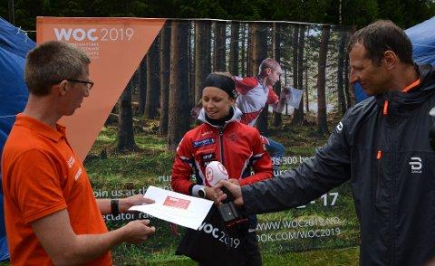 """Kamilla Olaussen fikk et startnummer til publikumsløpene av VM-arrangøren. Det havnet på brystet til """"fysioen"""" Svein Kristiansen."""