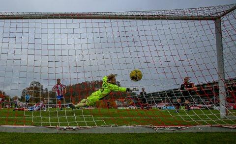 Her scorer Henrik Kjelsrud Johansen sitt første av to mål da FFK slo Kvik Halden på bortebane lørdag.