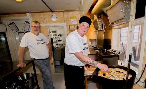 Rune Lunner (t.v.) gir arvtakeren Tine Mathisen kyndig innføring i hvordan delikatesseforretningens berømte fiskekaker lages.