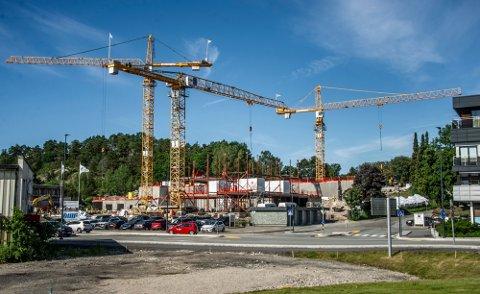 Næringslivet i Fredrikstad beskrives som godt og diversifisert av NHO. Dette drar oss opp på resultatlistene. Bildet viser btggingen av Onsøyheimen.