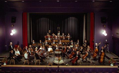 jubileum: Fotosession i Folkets Hus, kanskje generalprøve, men kanskje også selve konsertdagen ettersom musikerne er pyntet og mikrofoner rigget opp. Byorkesteret hadde 75-års jubileumskonsert 11. november 1990. Dette var siste gang Nedberg dirigerte orkesteret. Han dirigerte åpningsnummeret, Egmont-overturen av Beethoven. Resten av konserten ble ledet av Kjell Gunnar Sollie.