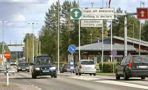Grenseovergangen ved Magnor er en av fire i Värmland og Dalarna som politiet på svensk side nå henviser trafikk fra Norge til - de andre er fysisk stengt. Men nordmenn kan uansett ikke reise fritt over. Det er kun de som kan vise til unntaksbestemmelser som slipper over uansett.