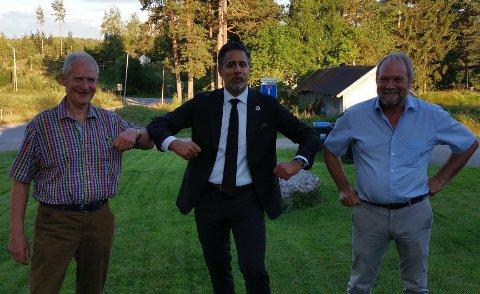 MINISTERBESØK: Jan Larsson (til venstre) og Dag Raaberg håper det hjelper at kulturminister Abid Q. Raja fikk høre om Norsk Skogfinsk museum. Nå søker de for tredje gang om midler til nytt bygg.
