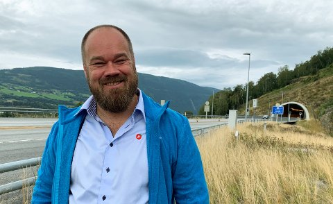 Truls Gihlemoen er vararepresentant til Stortinget for Fremskrittspartiet i Hedmark. Denne uken tok han turen til Gudbrandsdalen for å snakke om fartsgrenser. Bildet er tatt ved utløpet av Hundorptunnelen.