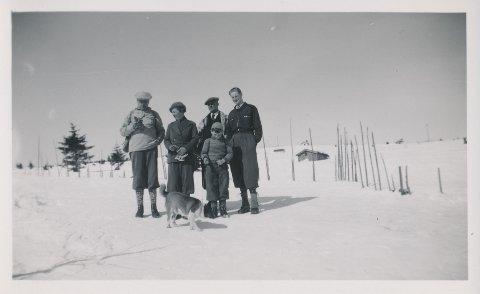 Da krigen brøt ut, tok Knut Ramberg  skiene fatt fra Oslo til Lillehammer.  Her er familien på ski i 1939.  Bildet viser Knut Ramberg (th) og hans far Birger (tv), stemor Mathilde og lillebror Trygve sammen med en ukjent venn av familien.
