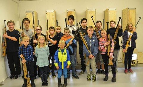 FRAMTIDA: Disse aspirantskytterne er framtida i Lunner skytterlag, og flere av ungdommene er nybegynnere. Her er de samlet i skytterlagets nye innendørsanlegg på Frøystad.