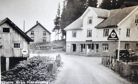 FJORDVANG: Grymyr bru, antagelig tatt rundt 1930, med Fjordvang i bakgrunnen og Vestre Gran Handelslag foran. Med bensinpumpe.
