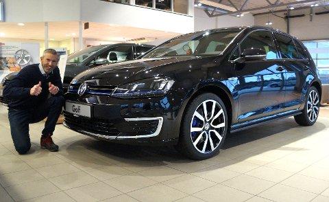BEST LIKT: VW Golf i alle avskygninger har i mange år vært et populært nybilkjøpt for hadelendingene. El- og hybridmodellen har økt modellens popularitet, opplyser nybilselger Sindre Wannebo fornøyd.