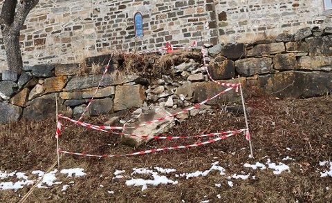 RASER UT: Deler av muren ved Søsterkirkene har rast ut.