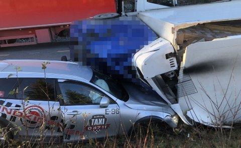 ULYKKE: En bil fra Gjøvik taxi var inkludert i ulykken på Lygna, torsdag. Sjåfør og passasjer var oppskaket, men gikk selv ut av bilen etter ulykken.