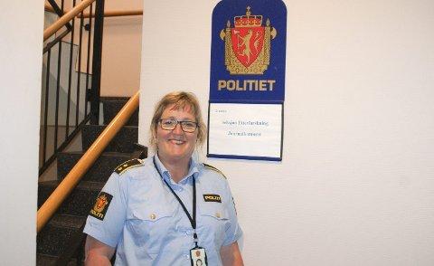 ETTERFORSKER: Mona Bergseth leder seksjon etterforskning på Halden politistasjon. – Det er flott at Halden har blitt en by med mange aktiviteter. Det er ikke mye bråk selv om det er mye folk ute. Vi må nyte den korte sommeren vi har, mener hun.