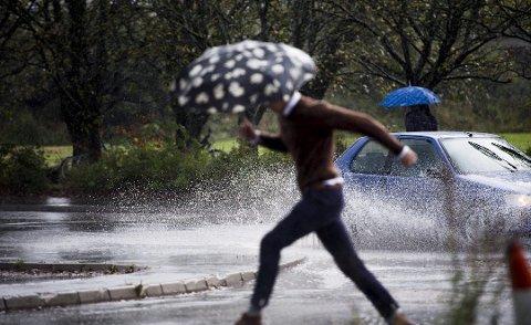 Det kan bli riktig så vått på veiene denne uken. Tirsdag kveld kan det komme store nedbørsmengder over hele fylket. (Arkivbilde: Erik Hagen)