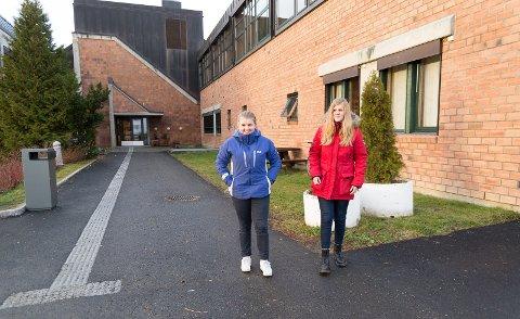 FIN SKOLE: – Vi går på en flott skole, mener Storhamar-elevene Kristiane Klefsås og får støtte fra Ida Johanne Kringsjå Bulterud.