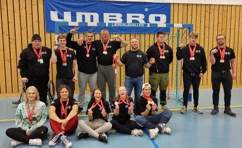 Norgescup: Medlemmer i Hardanger Handbak Klubb viser stolt fram medaljene de vant i Lærdal. Foto: Privat