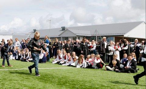 Leker på nyåpnet ballbinge med  kunstgress ved Grindhaug skole.
