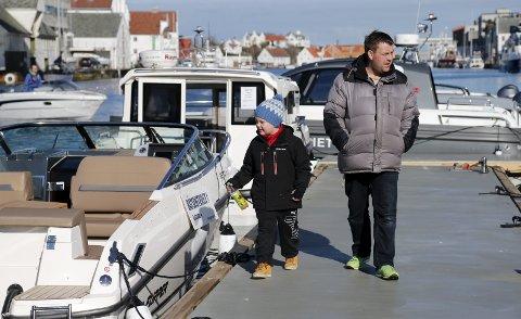 ÅRETS FØRSTE OVERNATTINGSTUR: Pappa Kai Arne Christiansen, sønnen Ove Christiansen (7) og resten av familien har som tradisjon å dra på årets første familietur med båten denne helgen. Fra fredag til lørdag overnattet de i Haugesund. FOTO: ALF-ROBERT SOMMERBAKK
