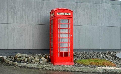 KLENODIUM: Britisk telefonkiosk av støpejern.