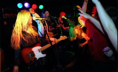 SPILLER: Bandet Too Far Gone spiller på Leirfjordfestivalen lørdag.