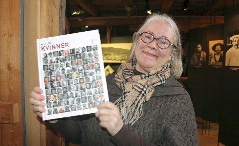 Foredragsholder: Kari Sommerseth Jacobsen, nytilsatt leder for Helgeland Museums avdeling i Vefsn er redaktør for boka «Hundre kvinner», som forteller om kvinneliv i Norge. Foto: Stine Skipnes