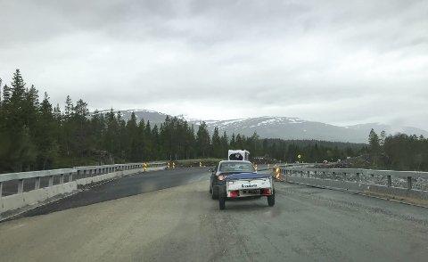 300 METER: Her kan du kjøre inn på ny E6 i Svenningdal. Det er bare en strekning på 300 meter, men til vinteren kommer det sannsynligvis til å bli 12 kilometer ny vei.  Foto: Per Vikan