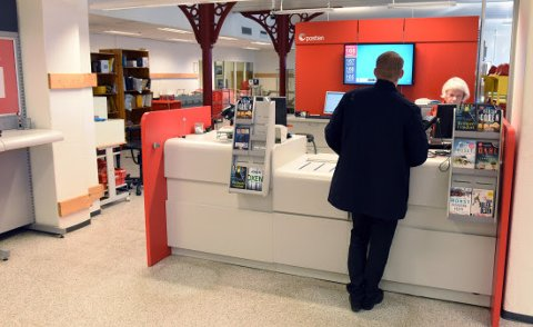 Fra 1. juli er det ikke lenger mulig å ta ut eller sette inn kontanter til eller fra fra kontoer i DNB i Postens salgsnett. Foto: Birger Morken