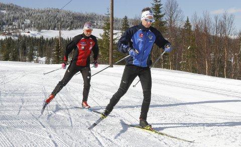 GÅ ALENE – TA TIDA: I 14 dager framover kan hvem som helst delta på Mosjøen IL Ski sitt åpne klubbmesterskap på ski. – Vi inviterer til å ta tida selv og gå så mange runder du vil, sier Joakim Klaussen Aakvik som her har avstand til Jesper Abelsen Andreasen.  Foto: Per Vikan