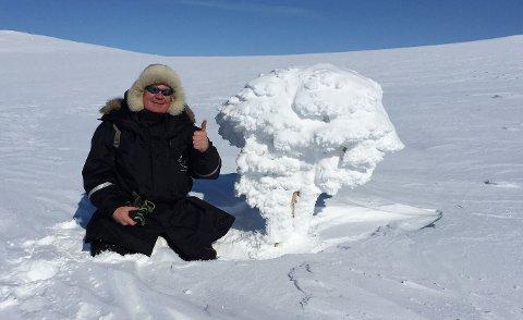 MYE UTE PÅ TUR: Ståle Henriksen er selv mye ute på tur. På dette bildet viser han denne formasjonen han fant inne på vidda i Lebesby.