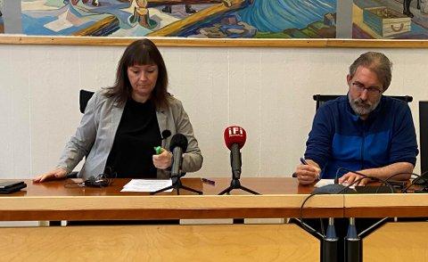 NYE ANBEFALINGER: Alta-ordfører Monica Nielsen og kommuneoverlege Peder Halvorsen har vært i møte med resten av kriseledelsen i Alta kommune.