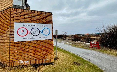 NÆRT HELSESENTERET: Landingsplassen til helsesenteret ligger rett bak dette skiltet.