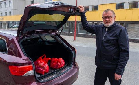 LEI: Bengt Altmann har plukket søppel langs veien, men ser det fortsatt er mye igjen etter å ha fylt opp flere poser.