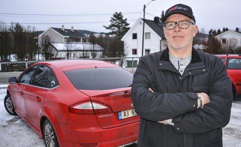 PENDLER: Familien bor 42 mil unna, og Åge Sørlie pendler på det niende året. – Jeg har slitt ut fire biler, forteller hølendingen, som reiser hjem til kone og barn i Dalarna hver tredje helg om vinteren og annenhver helg om sommeren. Foto: Anne Enger Mjåland