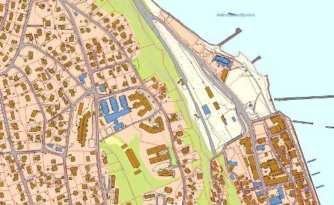 MULIGHETER: Vestfold fylkeskommune og Bane Nor eier til sammen 52 mål mellom fylkesveien, fjellskrenten og Holmestrandtunnelen.