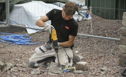 LÆRLING: Adrian Dahle fra Holmestrand lærer seg murerarbeid med naturstein. Foto: Lars Ivar Hordnes