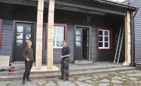 FORNØYD LEDER: Annett Henriksen i Holmestrand Montessori er fornøyd med jobben Morten Flannum har gjort, blant annet her på den nordre fasaden av Casino. FOTO: LARS IVAR HORDNES