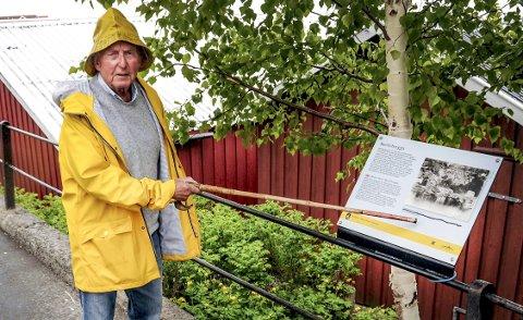 Retter: Ulf Hamran som er leder av Barthebrygga Vel viser til at det historiske opplysningsskiltet ved Barthebrygga inneholder en rekke feil.