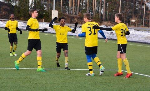 Thomas Kalmar Hansen gratuleres av lagkameratene etter å ha scoret KIFs første mål i 2018 mot Tollnes 2.