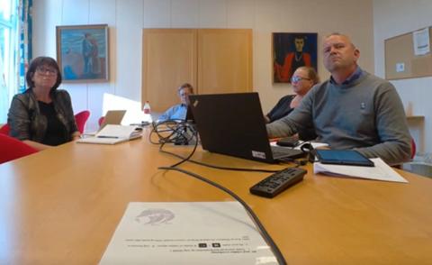 DIGITALT: Formannskapsmøtet ble gjennomført via videooverføring. F.v.: Kommunedirektør Inger Lysa, varaordfører Jan Petter Abrahamsen (H), konsulent Jorunn Tisjø og ordfører Grunde Wegar Knudsen (Sp).
