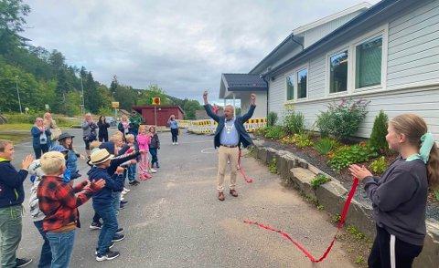 HURRA: Ordfører Grunde Wegar Knudsen klippet den røde snora mandag morgen til jubel fra både barn, foreldre og ansatte.
