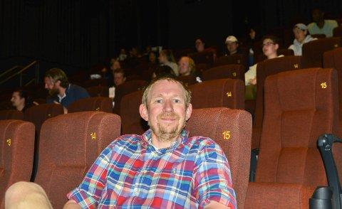 SER PÅ ALTERNATIVENE: Kinosjef Even Thunes Jensen sier det ikke er sikkert at de er best tjent med å ha kino i Krona i fremtiden. I bakgrunnen ser vi en klasse fra Kongsberg videregående skole som skulle se filmen «1917», og flere av dem foretrakk å se film på kino framfor skjermen hjemme.