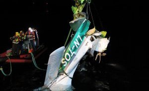 HEVET: Flyvraket ble hevet en uke etter ulykken. Havarikommisjonen har ikke funnet tekniske feil på flyet. Foto: Statens havarikommisjon for transport