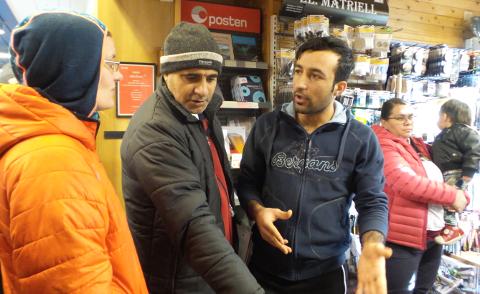 Kamilla Wejdemar i samtale medKhalil Al Sahli og Mizgin Zito (som hadde laget Tesjyk).
