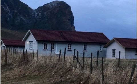 EIENDOMMEN PÅ UNSTAD: Fritidsboligen til Edgar Krogh på Unstad, med uthus og ferdigbygd garasje til venstre i bildet.
