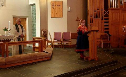Sokneprest Frode Wigum og Britt Waag sto for henholdsvis norsk og samisk tale under kveldens markering av samenes nasjonaldag i Borge kirke.
