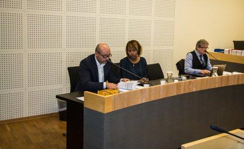LAGMANNSRETTEN: Rolf Erik og Yasmin Kristensen i Borgarting lagmannsrett. Til høyre advokat Arild Humlen.