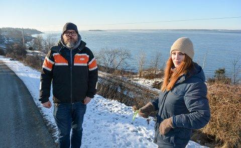 – EN FANTASTISK MULIGHET: Geir Rognlien Elgvin (til venstre) og Elvira Nikolaisen framsnakker en strandpromenade ned i vannkanten langs Kleberget.