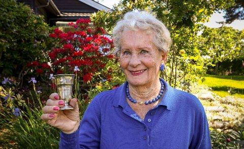 SØLVPOKAL: Ruth Tjensvoll (85) med det tydelige bevis på at hun ble kåret til Østfolds vakreste og sunneste baby som toåring i 1937.