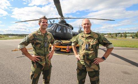 SJEFENE: Oberst Kristian Lyssand (.tv) er stasjonssjef og sjef for 134 Luftving på Rygge flystasjon. Her med stabssjef Lars Hjerpsted. – Rygge flystasjon er i virkeligheten en stor teknologisk hub, sier de to.